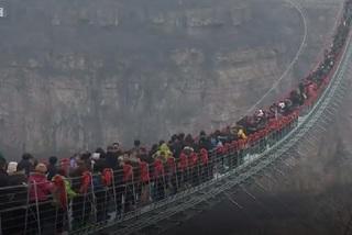 Xem dân chúng chen chúc trên cầu kính dài nhất thế giới