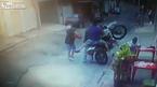 Đứng chơi dưới lòng đường, 3 người bị xe máy đốn gục
