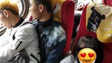 Xúc động bức ảnh hai thanh niên Việt nhường ghế cho em bé0
