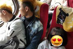 Xúc động bức ảnh hai thanh niên Việt nhường ghế cho em bé