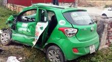 Tàu hỏa 'nghiến' taxi nát bét, tài xế chết thảm