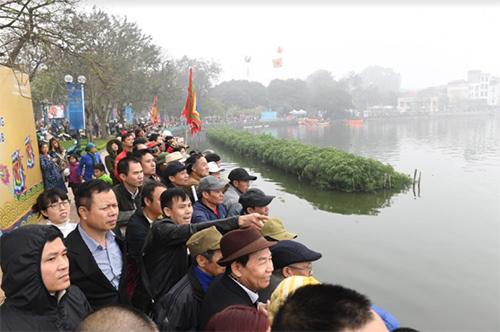 Hàng nghìn người xem lễ hội bơi chải thuyền rồng Hồ Tây