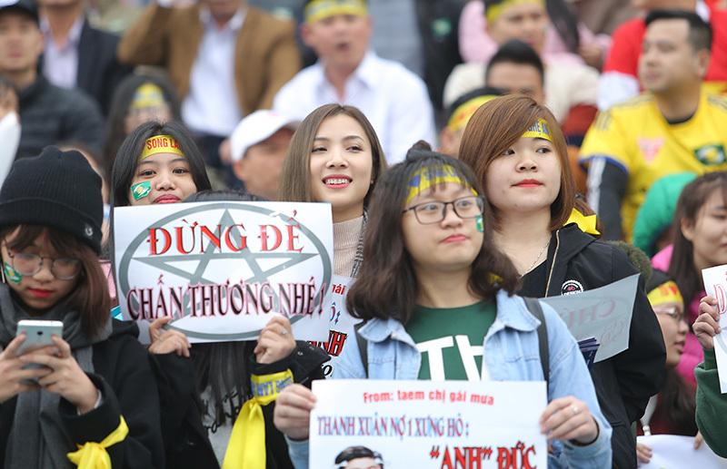 Fan nữ xứ Nghệ 'đốt cháy' Hàng Đẫy tiếp lửa sao U23 Việt Nam