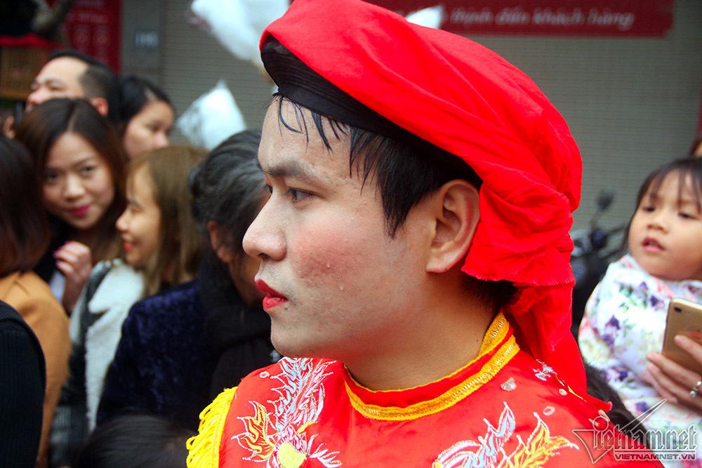 Hotboy Hà Nội mặt hoa da phấn múa 'con đĩ đánh bồng'