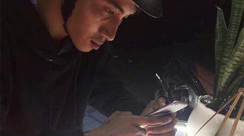 Camera ghi hình kẻ cướp iPhone trong cửa hàng điện thoại