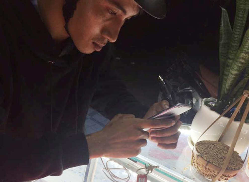 Truy tìm kẻ cướp táo tợn 2 chiếc điện thoại iPhone 6 ngay trong cửa hàng
