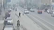 10 clip 'nóng': Mẹ bất lực nhìn con nhỏ trước đầu ô tô