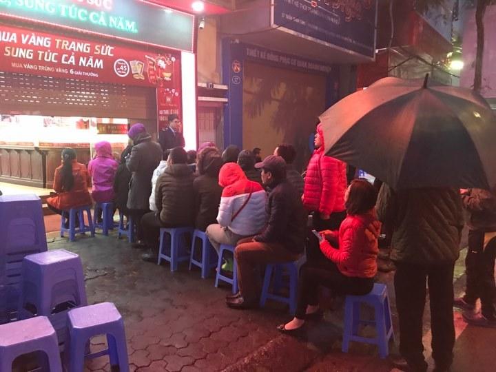 Trời chưa sáng, dầm mình trong mưa rét xếp hàng chờ mua vàng