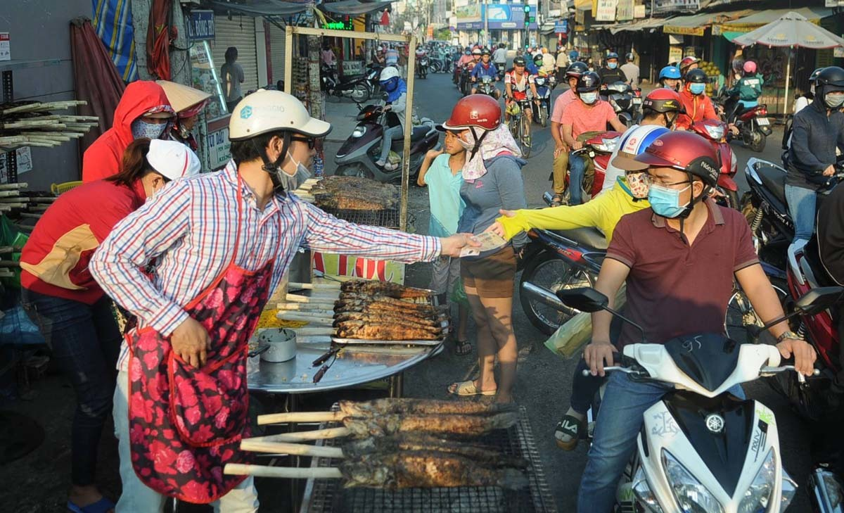 Người Sài Gòn đổ xô mua cá lóc, vàng miếng ngày vía Thần Tài