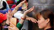 Vết khắc xấu xí, tiền lẻ dúi đầy khe chùa Đồng