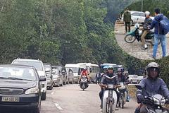 Bỏ xế hộp dọc đường, du khách đi xe ôm lên Yên Tử