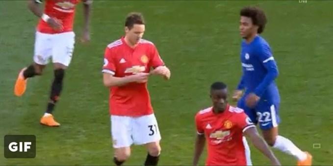 Phì cười cảnh Willian đuổi theo Matic đọc mẩu giấy của Mourinho