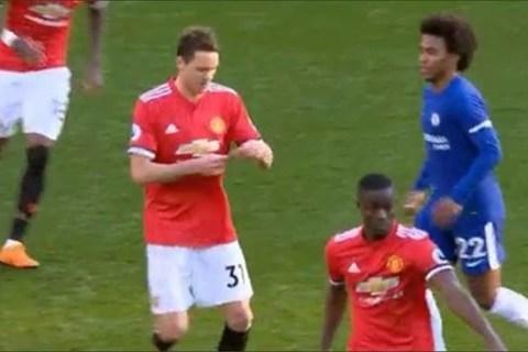 Willian đuổi theo Matic để đọc mẩu giấy của Mourinho