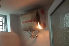 Bình nóng lạnh bất ngờ bốc cháy, hai mẹ con hoảng loạn