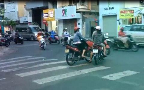Hai phụ nữ thản nhiên dừng xe giữa đường để tâm sự