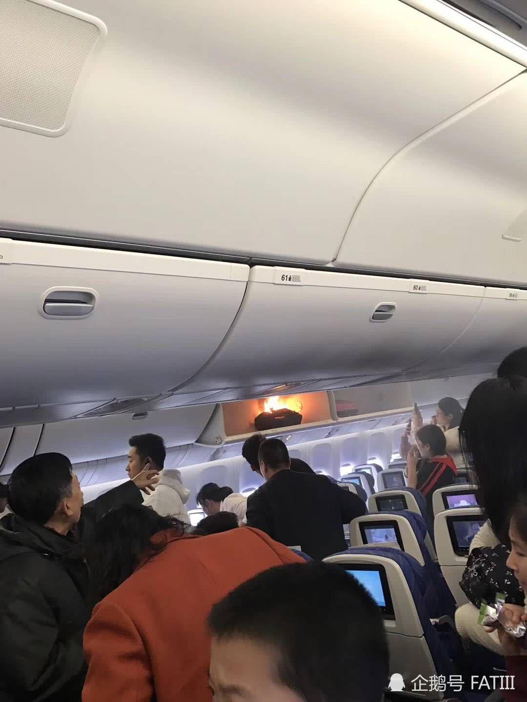 Sạc điện thoại bỗng cháy đùng đùng trên máy bay