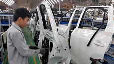 Bộ ngành cãi nhau: DN ô tô lo phá sản, dân mua xe giá chát