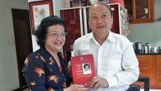 Ông Võ Văn Phuông nhận món quà đặc biệt từ nguyên Bộ trưởng Y tế