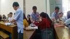 Thầy hiệu trưởng đến từng bàn mừng tuổi từng người khiến sinh viên bất ngờ