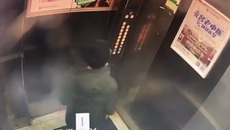 Bị mắc kẹt trong thang máy vì tè vào nút điều khiển