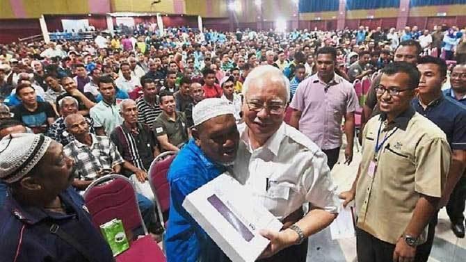 Malaysia phát tiền mặt cho 7 triệu người