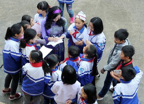 Hoa hậu vì cộng đồng Trần Huyền Nhung tặng quà HS nghèo