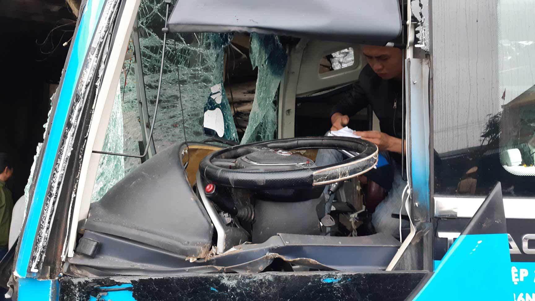 Xe container đâm ô tô giường nằm, phụ xe thiệt mạng
