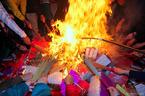 Đốt hàng chục kg vàng mã, chia lửa 'lấy đỏ' đầu năm ở Hà Nội
