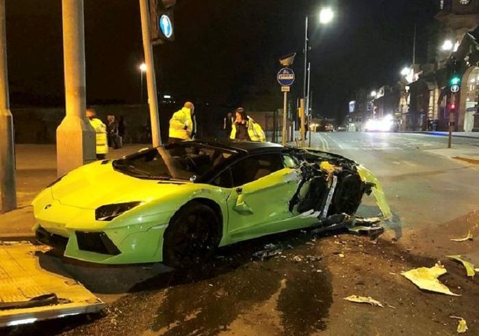 Siêu xe giá gần 10 tỷ đồng nát vụn sau khi đâm xe buýt