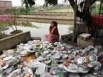 Nàng dâu Nam Định bên chục mâm bát đĩa cạnh bờ ao gây chú ý