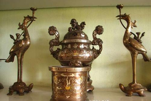 Nên thờ cúng bát hương bằng sứ hay bằng đồng tốt hơn?