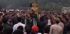 Nam thanh niên rơi từ ngọn chuối xuống đất trong lễ hội xuân
