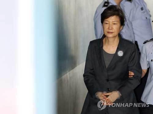 Cựu nữ Tổng thống Hàn đối mặt án tù 30 năm