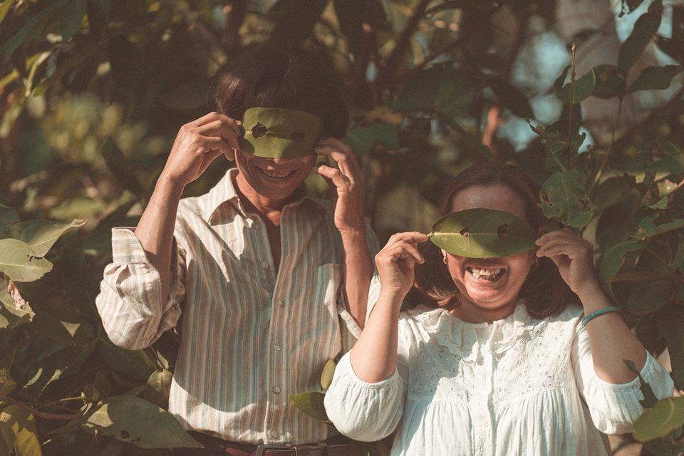 Vợ chồng miền Tây đội tóc giả, đi dép tổ ong chụp ảnh 'gây sốt'