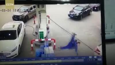 Nữ tài xế 'hồn nhiên' rồ ga, kéo sập cả trụ bơm xăng
