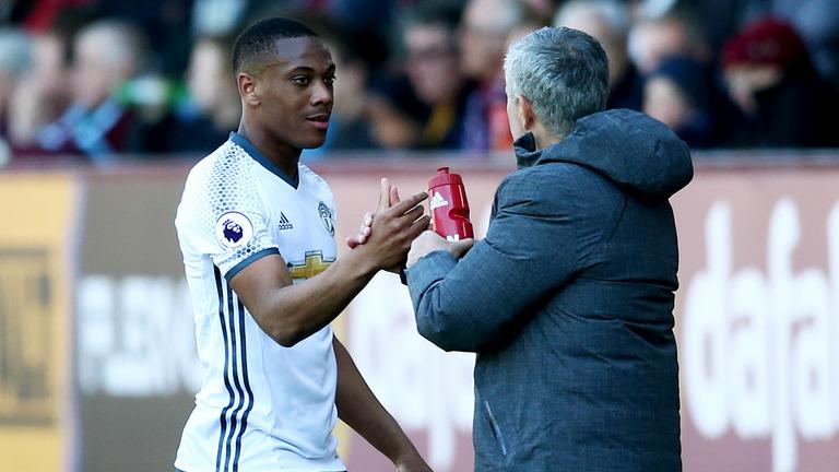 Mourinho nổi đóa sếp MU vì chưa 'thưởng' Martial