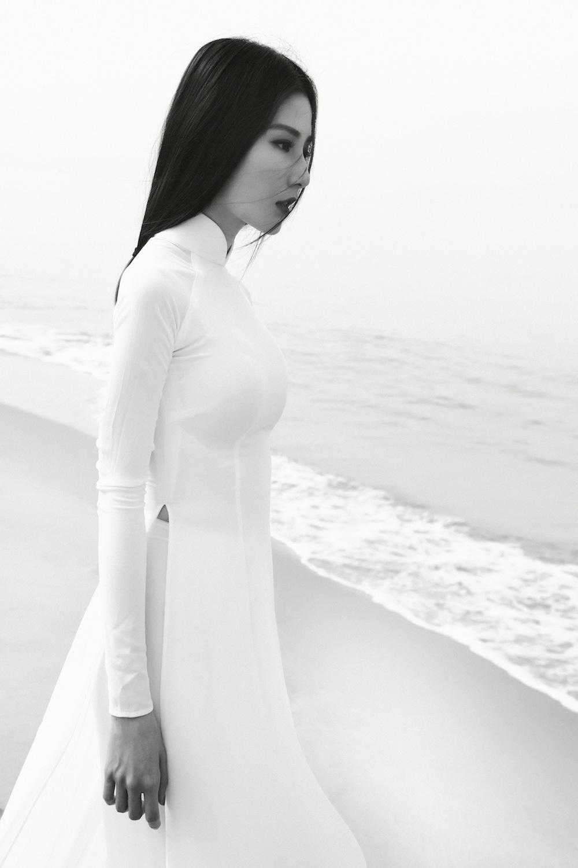 Diễm My 9X khoe vẻ đẹp mong manh trong áo dài trắng