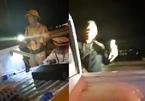 CSGT 'vung tay', chiếu đèn pin vào quay phim bị tạm dừng nhiệm vụ