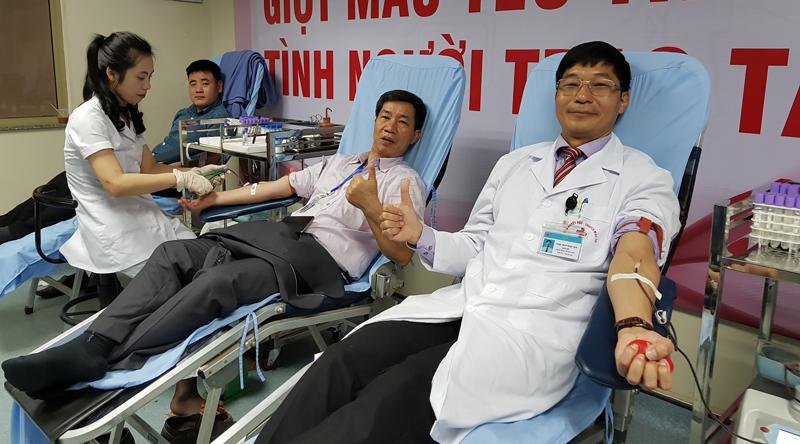 Bác sĩ kể thời bị đuổi vì vận động hiến máu