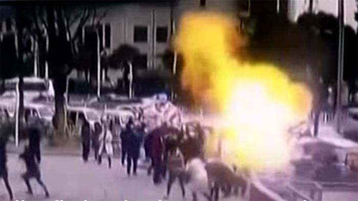 Bóng bay bất ngờ phát nổ, bé gái 2 tuổi bị thương nặng