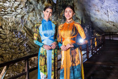 Hoa hậu Peru, Thái Lan rạng rỡ với áo dài Nhật Dũng