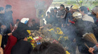 Cặp rắn xuất hiện trên mộ vô chủ, ngàn người đến cúng bái