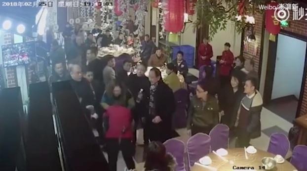 Nữ bồi bàn bị đánh túi bụi vì phục vụ 'quá chậm'