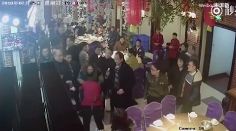 nữ bồi bàn bị đánh