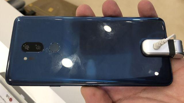 """LG G7 dính """"nghi án"""" bắt chước Apple, có tai thỏ như iPhone X"""
