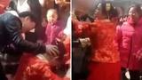 Cô dâu tát khách mời vì bị dúi đầu khấu lạy mẹ chồng