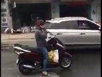 'Ninja Lead' hồn nhiên dừng xe nghe điện thoại giữa đường đông đúc