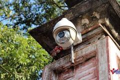 Camera bủa vây bắt lỗi người ném tiền vào kiệu rước đền Trần