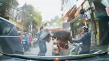 Va chạm giữa đường, 2 thanh niên cãi vã dẫn đến xô xát