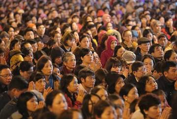 Nghìn người tràn kín đường dự lễ cầu an chùa Phúc Khánh